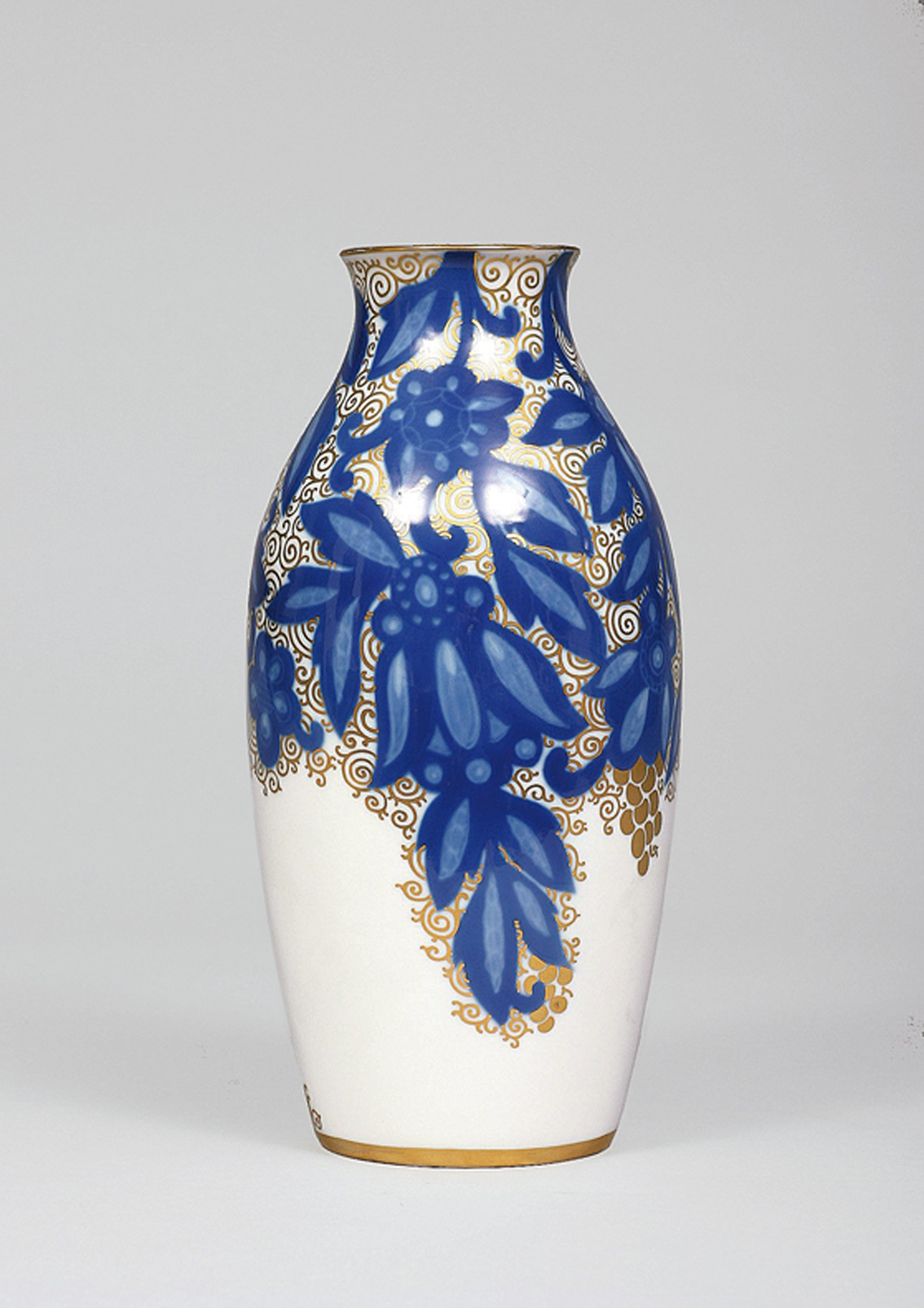 A vase decorated with 'Rosari' patterns