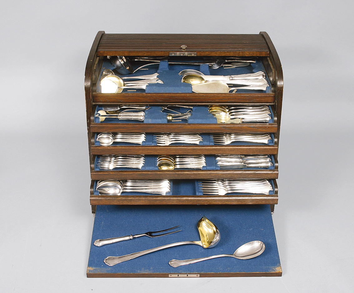 A large cutlery set