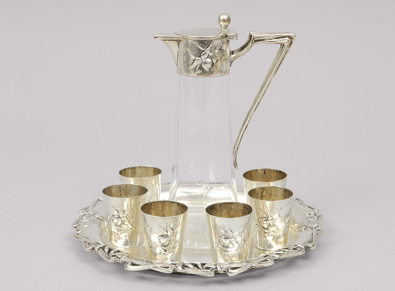An Art Nouveau liquer set with decanter, 6 small beaker and tablet