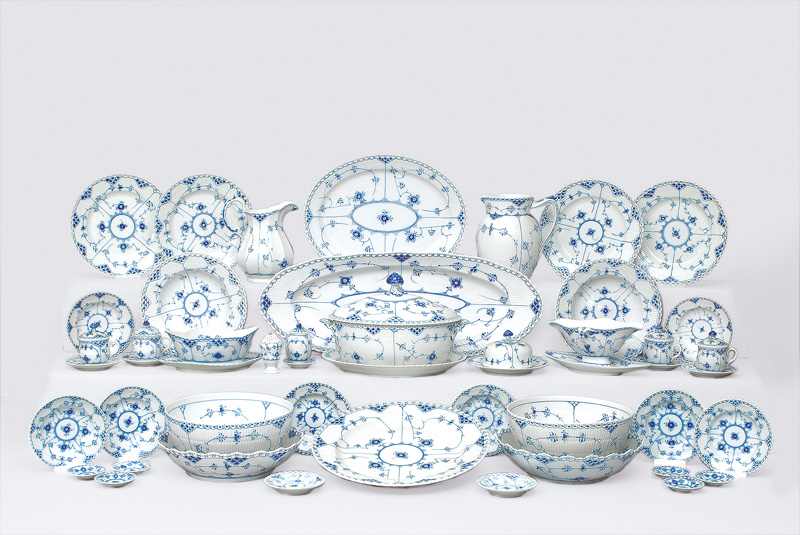 "A dinner service ""Musselmalet"" with ""fluted full and half lace"" for 12 persons"