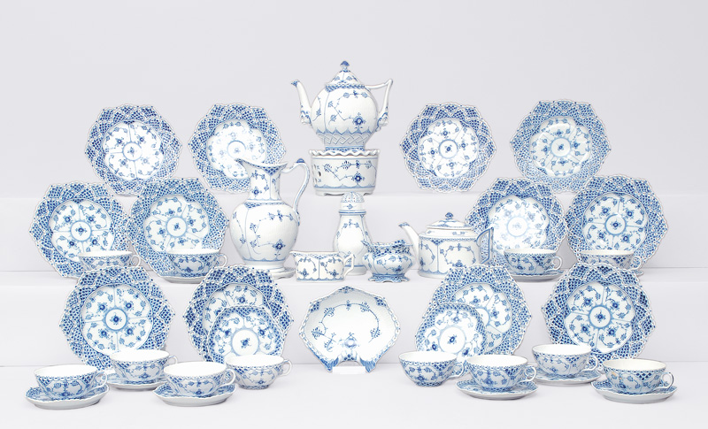 "A tea service ""Musselmalet"" with ""fluted full and half lace"" for 12 persons"