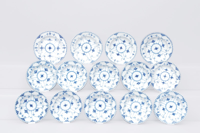 "A convolute of 14 soup plates ""Musselmalet"" with ""fluted full and half lace"""