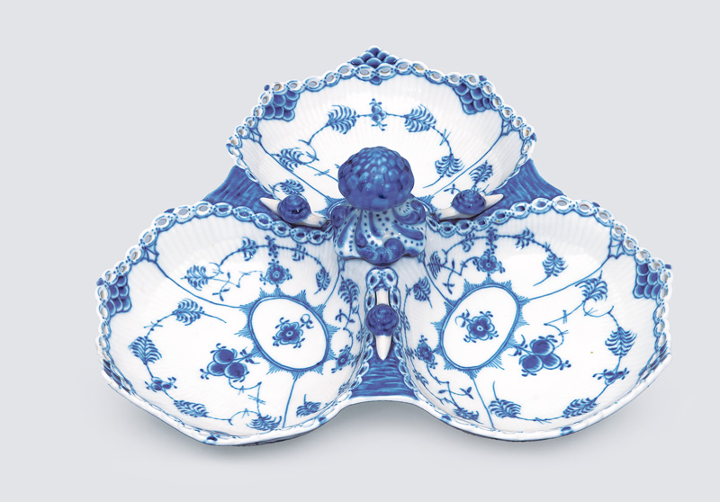 "A ""cabaret"" bowl ""Musselmalet"" with ""fluted full lace"""