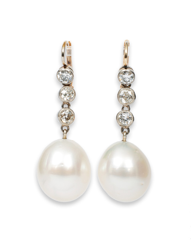 A pair of elegant pearl diamond earrring