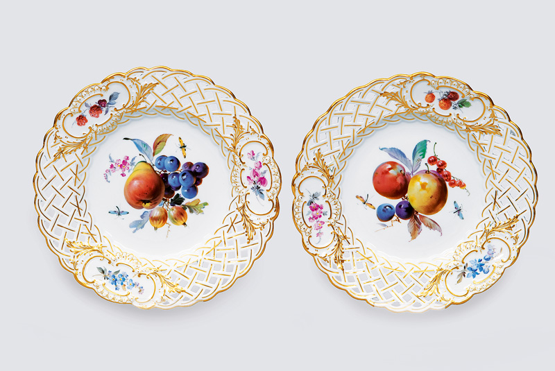 A pair of openwork plates with fruit and flower decortation