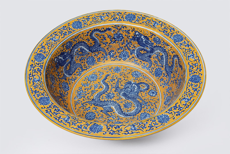 A big bowl with dragon pattern