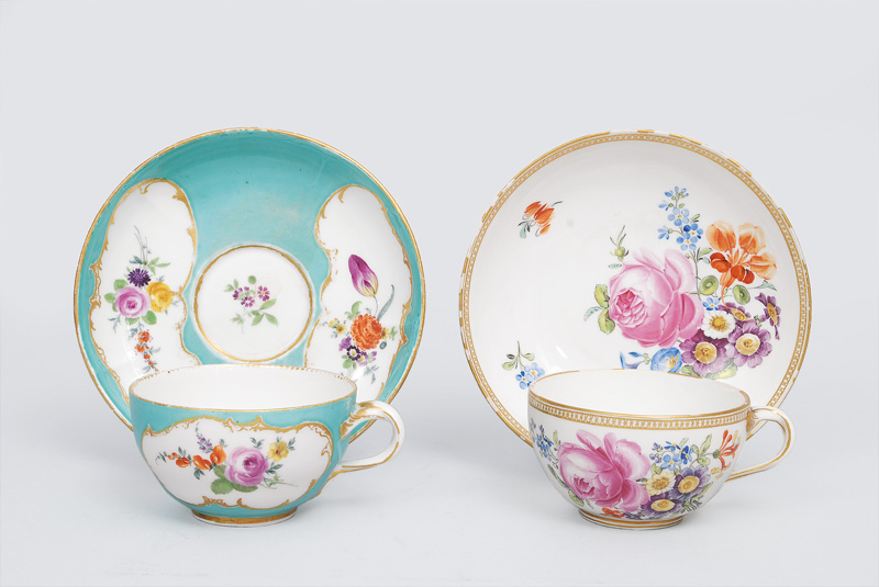 A set of two cups with flower decoration