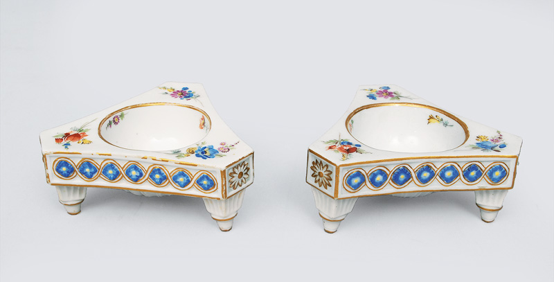A pair of salt cellars with flowe decoration and gold rim