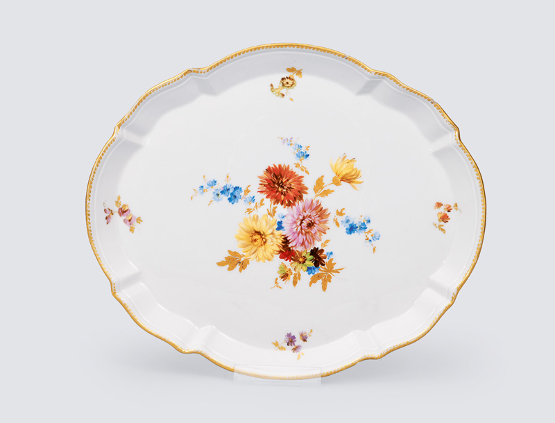 A tray with flower painting and decor of gilded waves