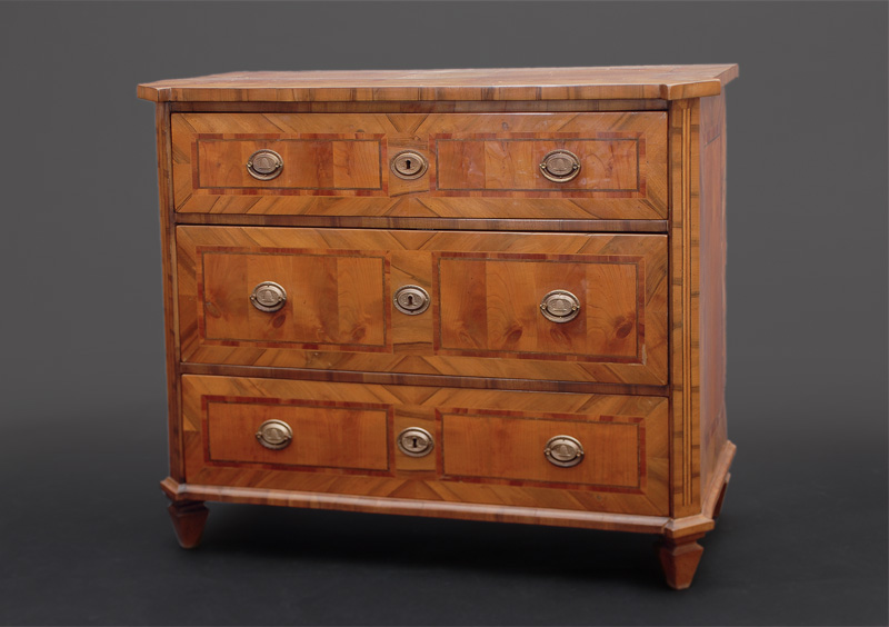 A fine Louis-Seize chest of drawers