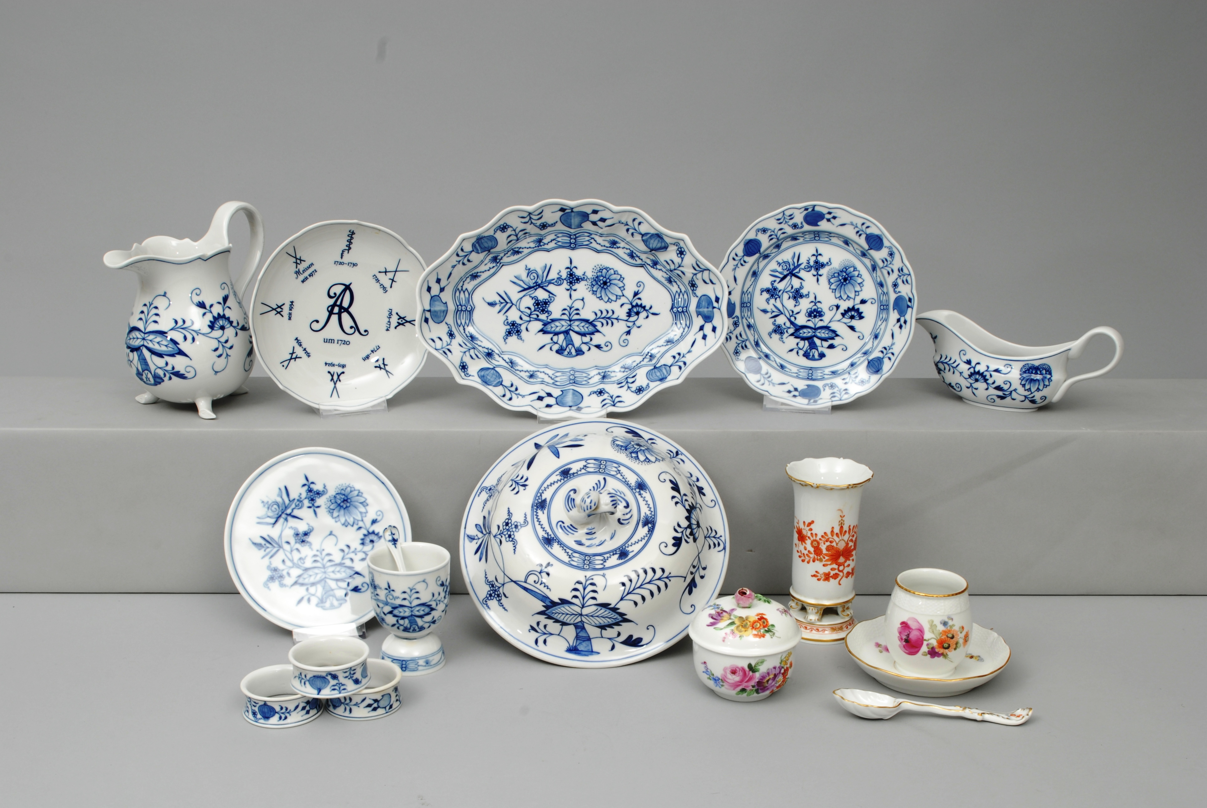 "A convolute of table ware ""Onion pattern"" and ""Flowers"""