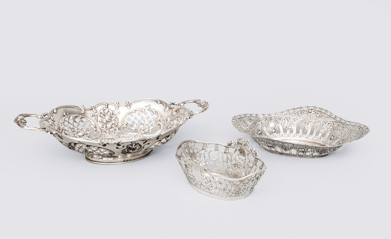 A set of 3 small pompous bowls