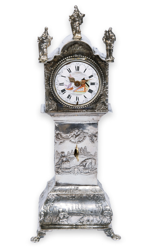 A miniatur clock with rich decorated case