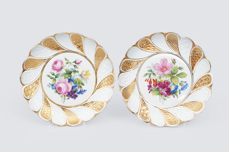 A pair of pomous plates with flower decoration
