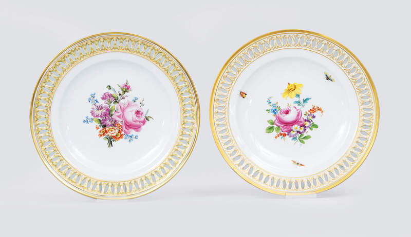 A pair of openwork plates with flower painting