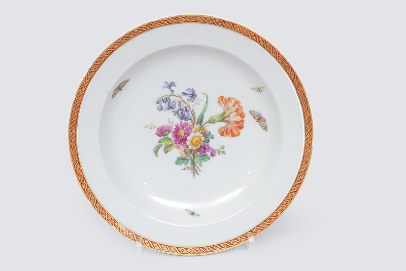 A plate with bouquet and insects painting