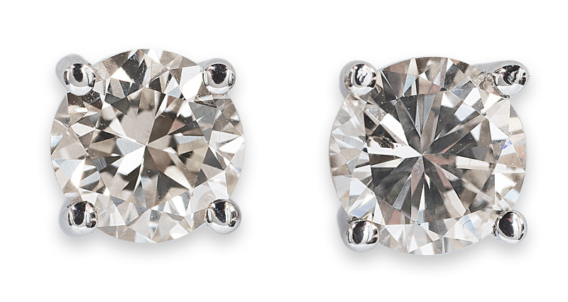 A pair of solitaire earstuds