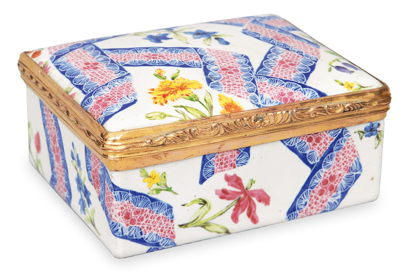 A snuff box with fine painted pattern and flowers