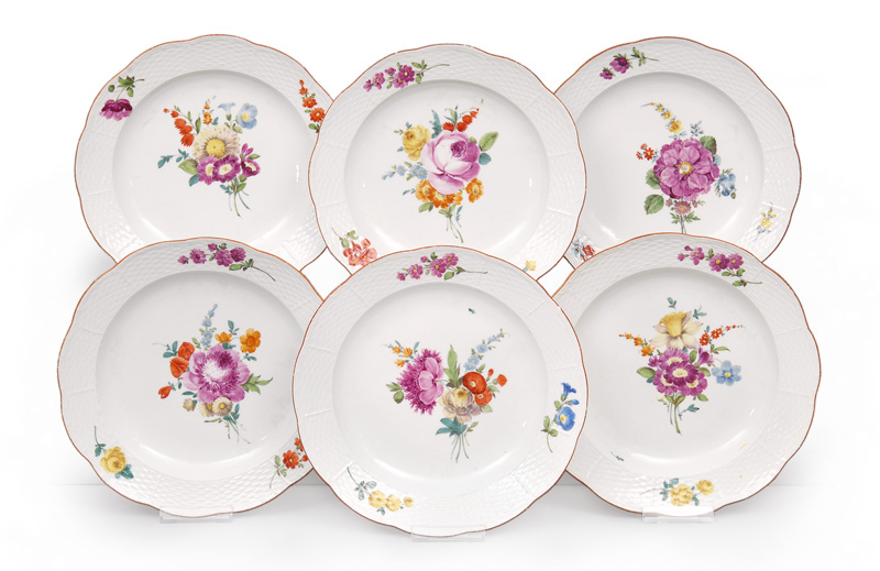 A set of 6 plates with floral decoration