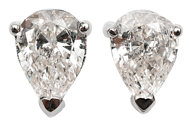 A pair of earstuds with diamonds in pearshape