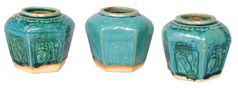 A set of 3 small ginger pots