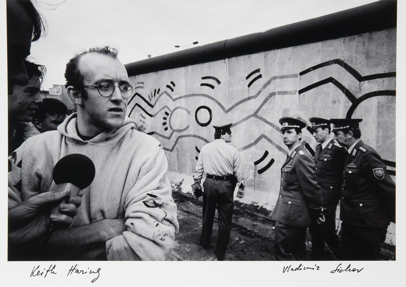 Keith Haring in front of the Berlin Wall