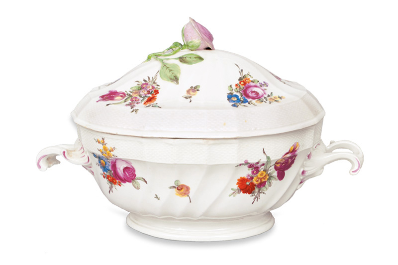 A pompous tureen with fine flower painting