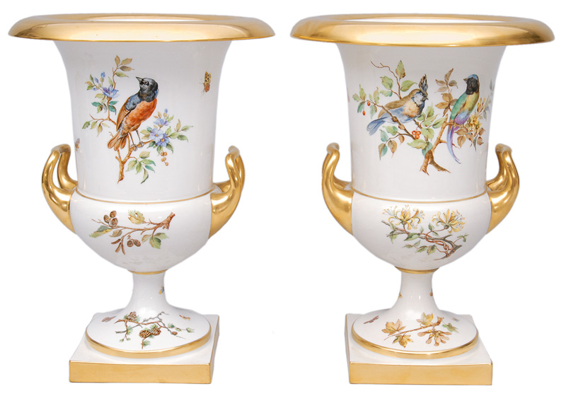 A pair of big amphora-shaped vases with painting of birds