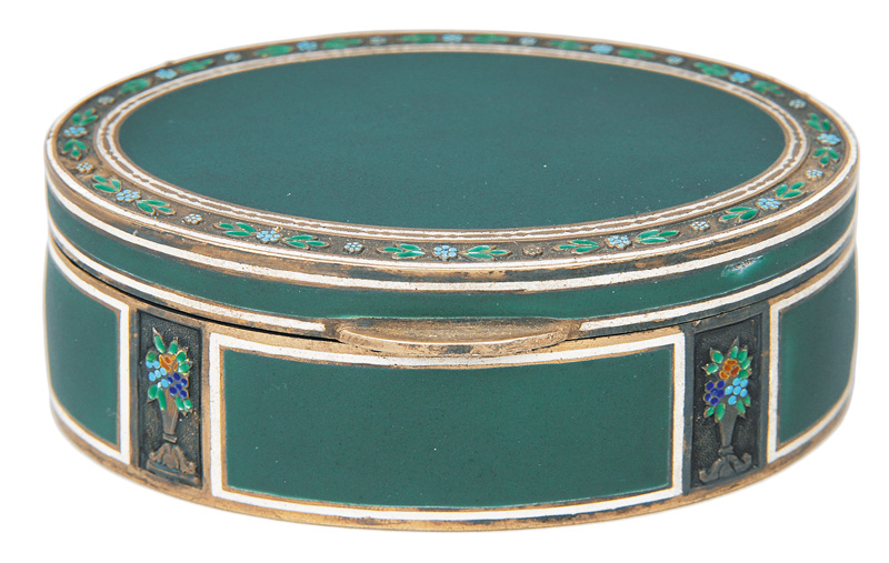 A snuff box with emerald-green enamel decor