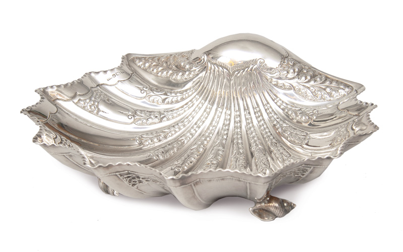 An elegant bowl in form of a shell