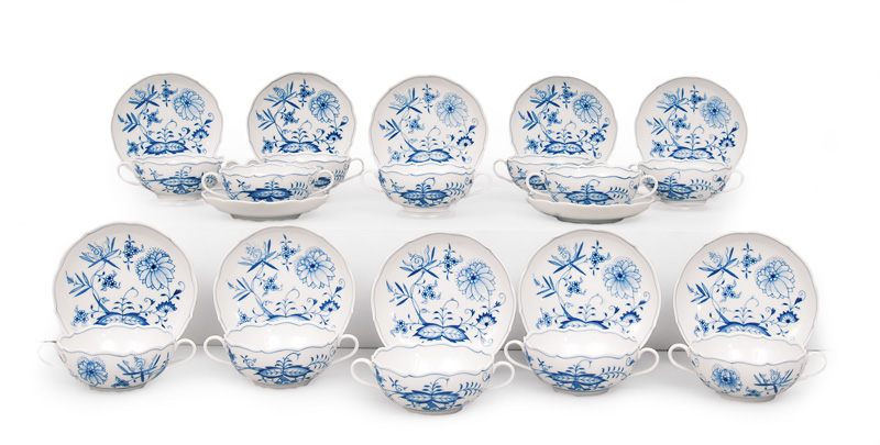 "A set of 12 soup bowls ""Blue Onion"""