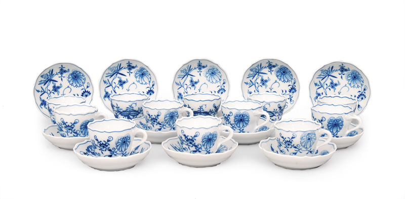 "A set of 17 Mocha cups ""Blue Onion"""