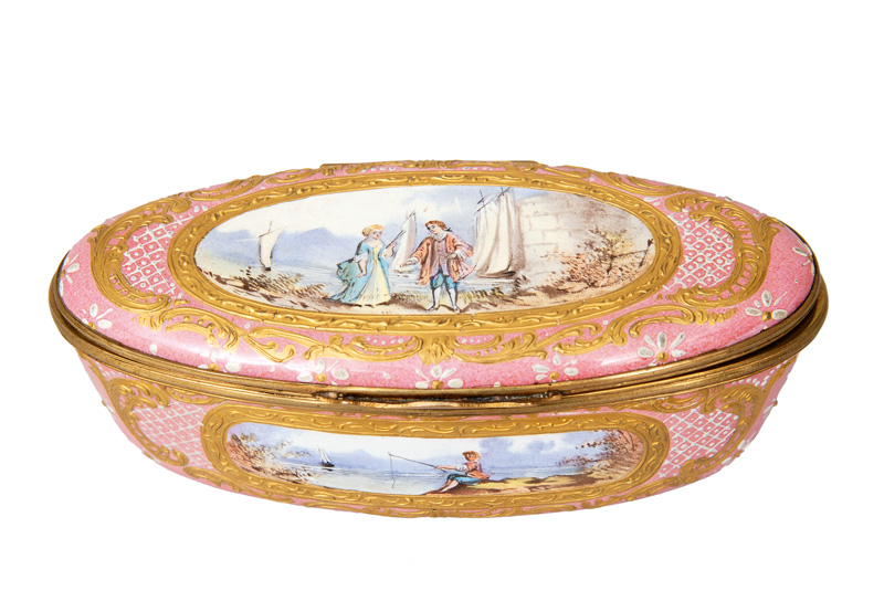 A snuff box with romantic scenery
