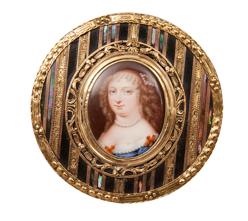 "A rare Vernis Martin box with miniature ""Lady with pearl necklace"""