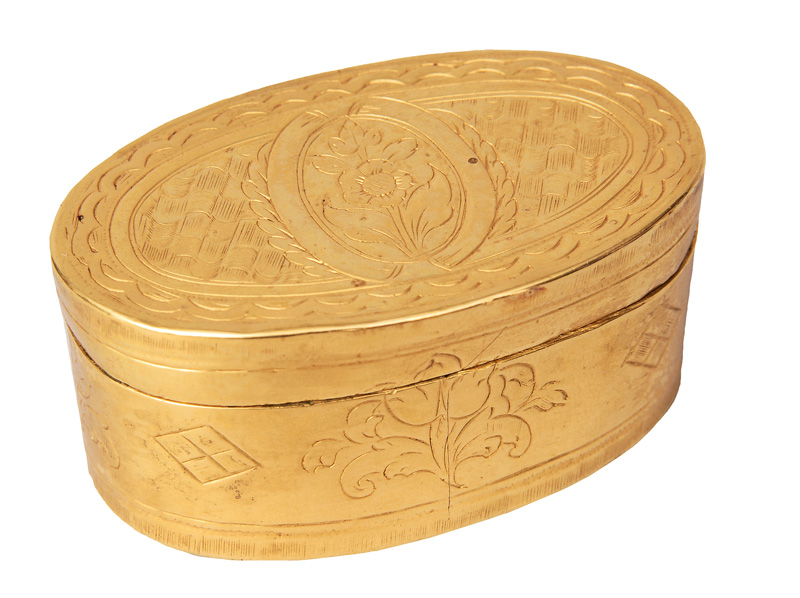 A small oval snuff box in Louis Seize style