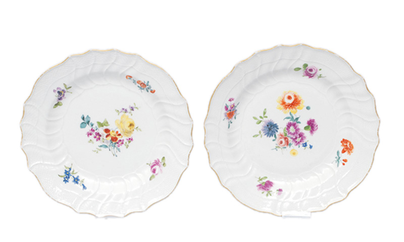 A pair of plates with flower decoration