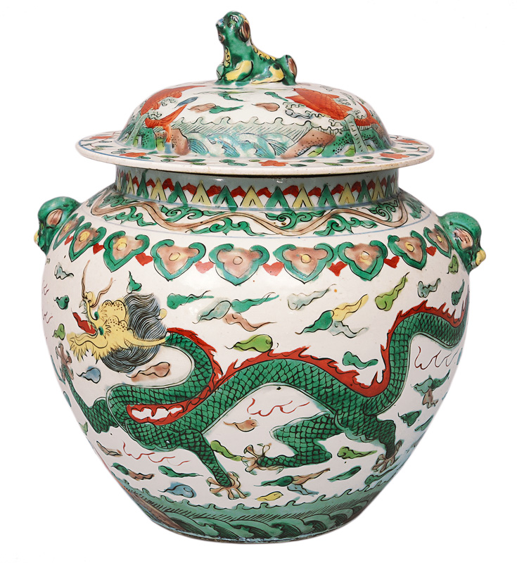 A Wucai-vase with cover and dragon