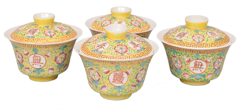 A set of 4 bowls with cover