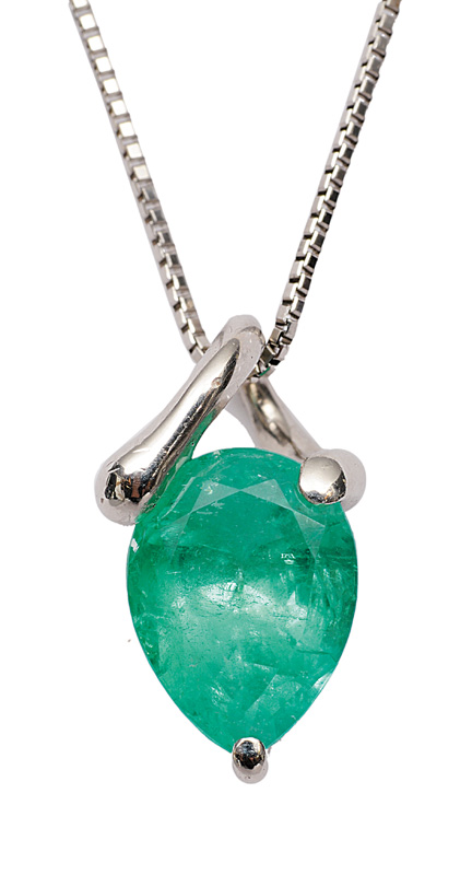 An emerald pendant with necklace