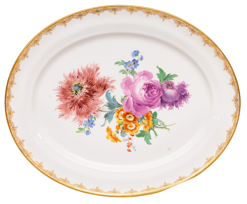 A big oval plate with flower bouquet