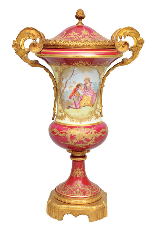 A rich cover vase with romantic scene