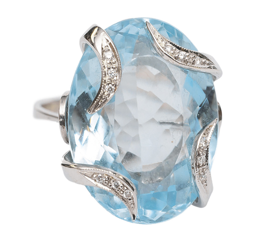 An aquamarin diamond ring