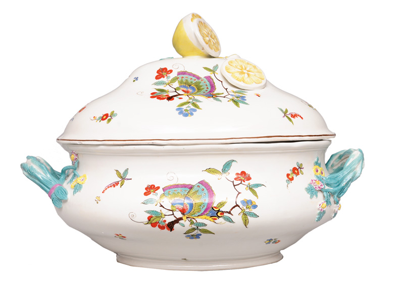 "A large tureen with cover ""Chinese butterfly"" with lemon pommel"