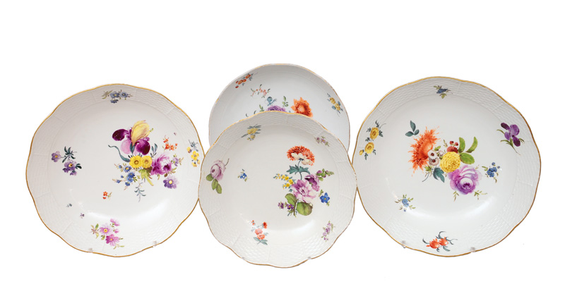 A set of 4 circular bowls with flower painting