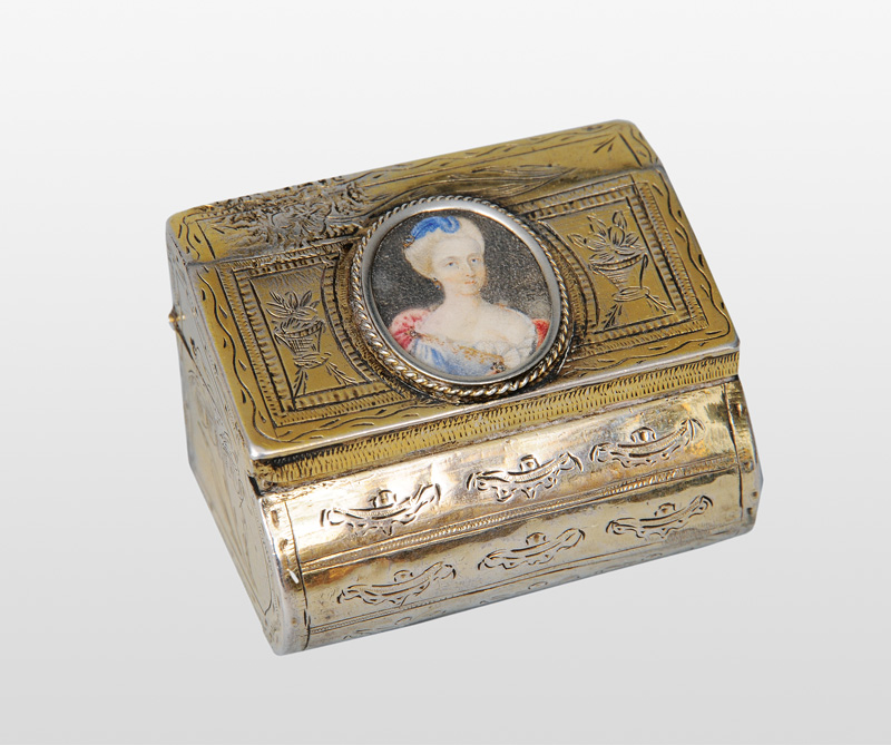 "A gilded box with miniature ""A courtly Rococo lady"""
