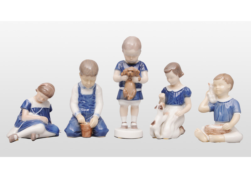 Five playing children figurines
