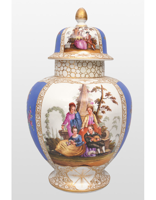 A tall cover vase with romantic scenes