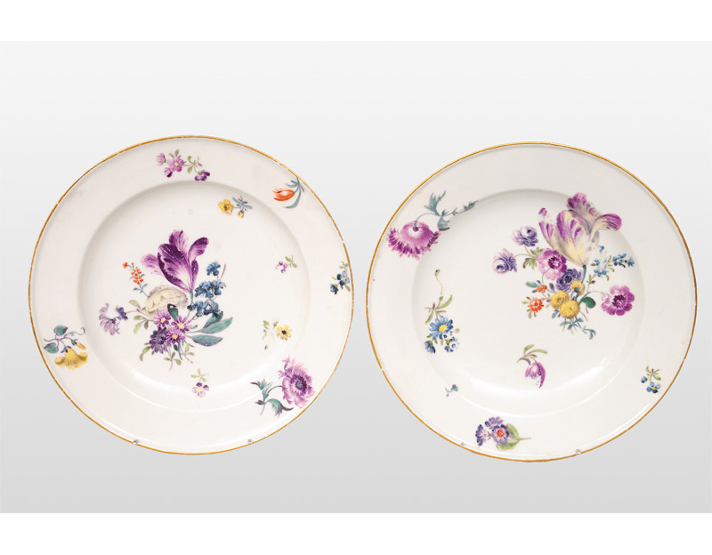 A pair of plate with flower painting
