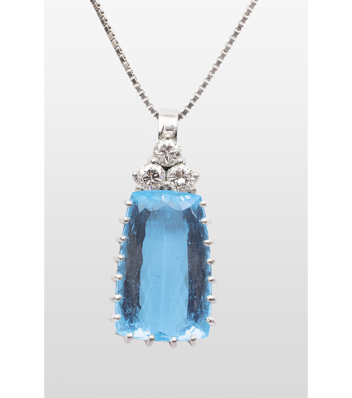 An aquamarin diamond pendant with necklace