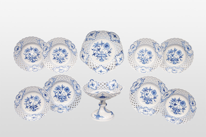 "A set of 10 pieces ""Zwiebelmuster"" with fretwork rim"